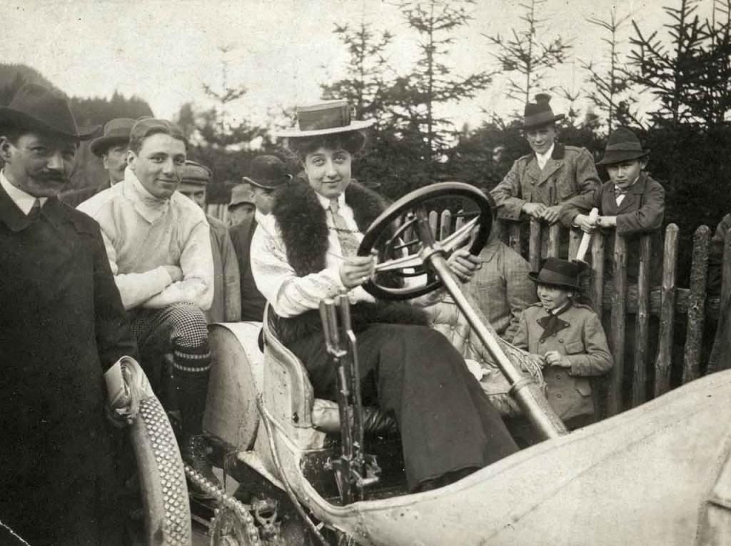 Mercedes Jellinek (1889 bis 1929) auf einem Mercedes Grand-Prix-Rennwagen aus dem Jahr 1906.