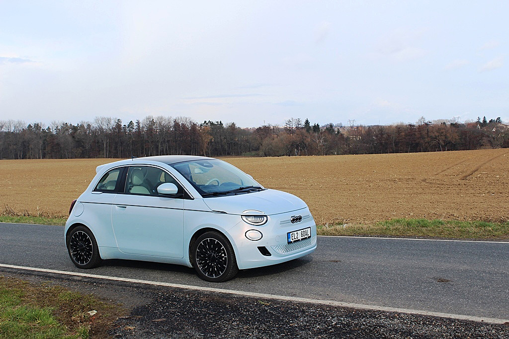 Fiat 500e - retro do města má dojezd 260 km a průměrnou spotřebu 19 kWh/100 km.