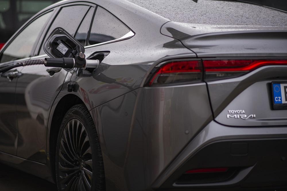 Toyota Mirai při čerpání vodíku do nádrže 1