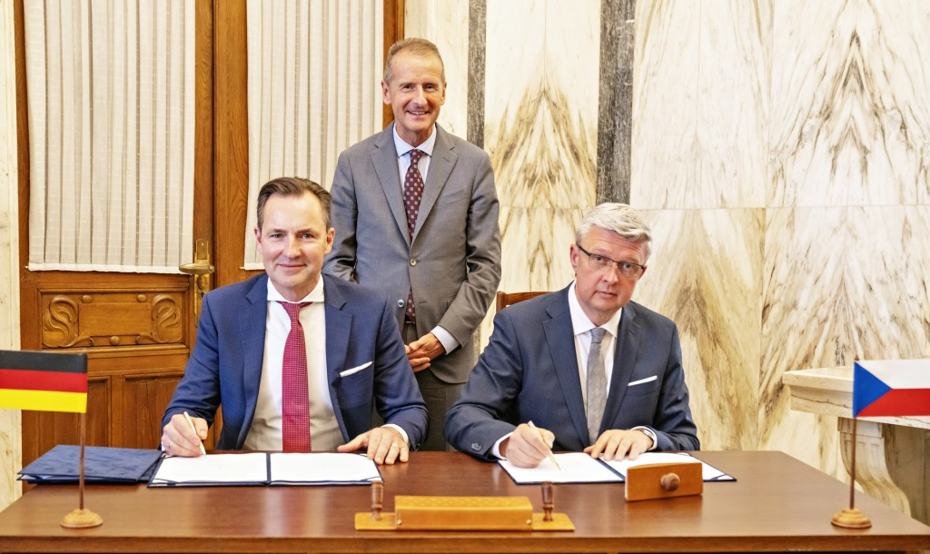 211021_herbert-diess-receives-updates-on-the-future-of-electromobility-1920x1143